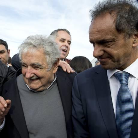Daniel Scioli e Jose Mujica visitam centro rural na província de Buenos Aires. Entre os líderes da região, candidato só não se encontrou até agora com Dilma e Maduro Foto: Natacha Pisarenko / AP