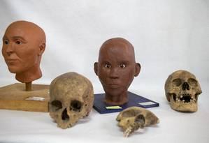 Os crânios de um espanhol (embaixo, à esquerda), de uma criança (centro) e de uma pessoa de ascendência africana repousam ao lado de modelos que mostram como conquistadores espanhóis e nativos eram na época Foto: Rebecca Blackwell / AP