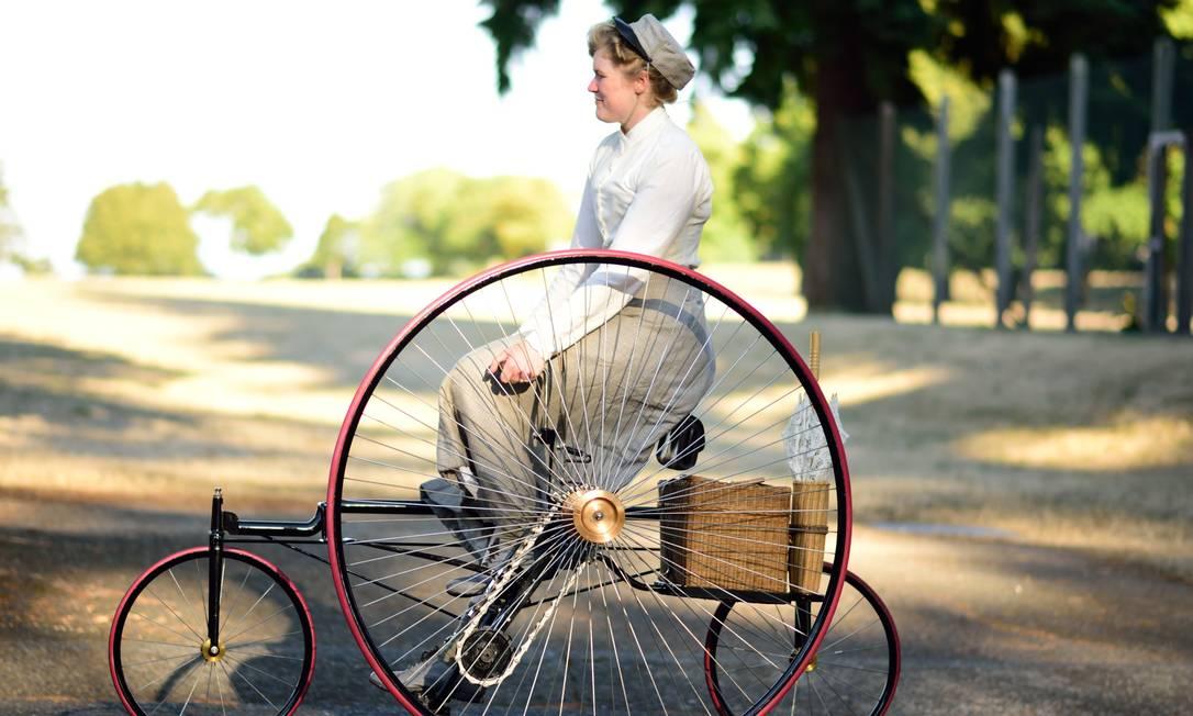 Sarah passeia com seu triciclo Estar Hyo Gyung Choi