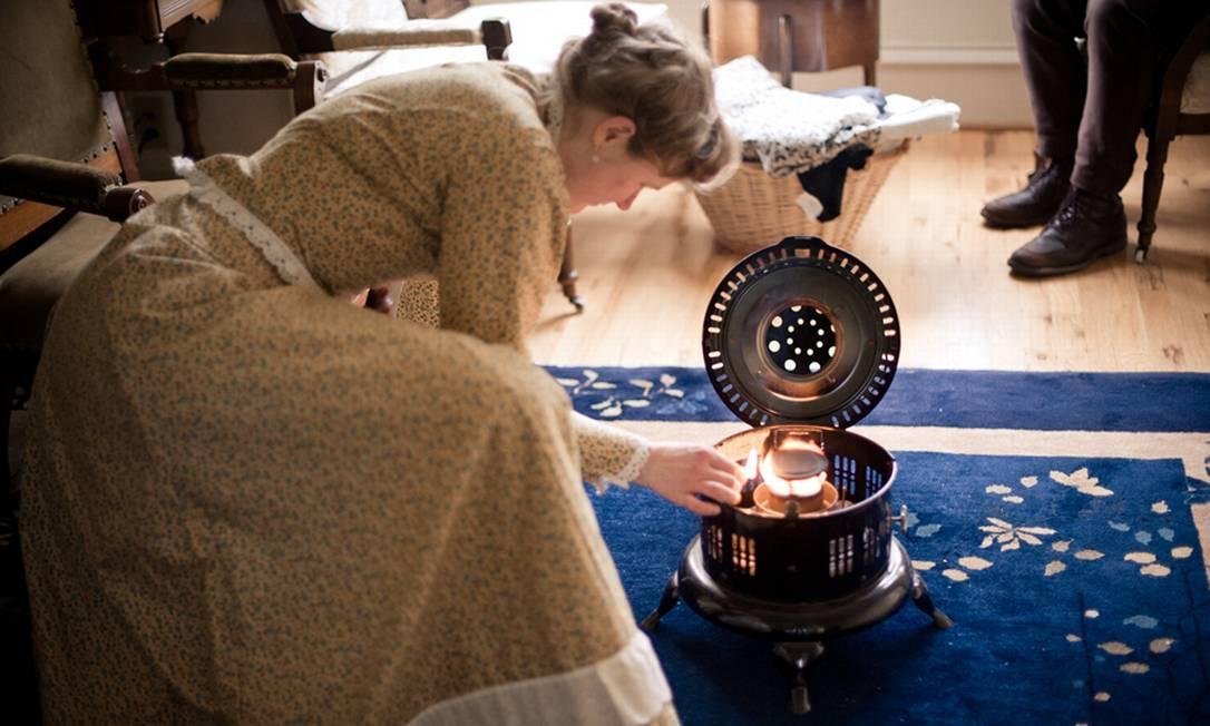 Sarah usa o aquecedor a óleo Estar Hyo Gyung Choi