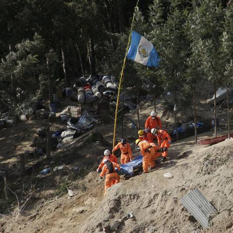 Resgatistas não param de retirar corpos de local da tragédia Foto: STRINGER / REUTERS