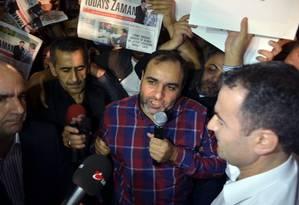 Kenes fala diante de multidão antes de ser preso Foto: Isa Simsek / AP