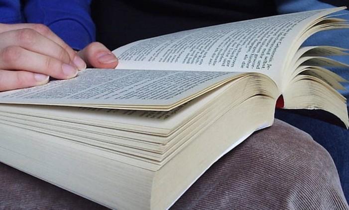 Se estiver se sentindo cansado ou desmotivado, relaxe longe do computador. Leve seu atual livro de cabeceira para o trabalho, porque vale a pena ler algumas páginas até recuperar o fôlego. Foto: Stock Photos