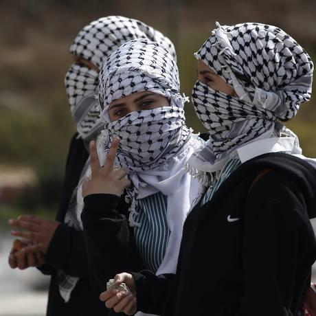Luta. Palestinas seguram pedras Foto: AFP/8-10-2015