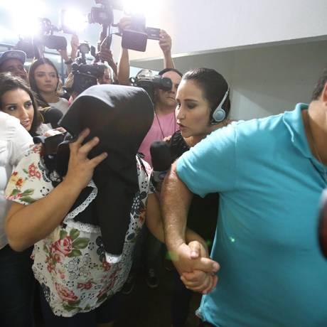 A doméstica Sandra Queiroz chega a delegacia para prestar depoimento Foto: Tiago Queiroz/ Estadão Conteúdo / Agência O Globo
