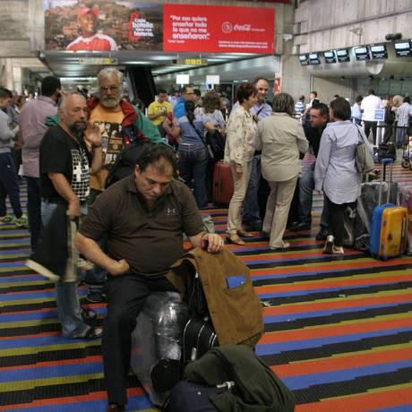 Êxodo em massa. Venezuelanos buscam passagens de última hora para deixar o país: despedidas no aeroporto internacional de Caracas se repetem todos os dias Foto: OMAR VELIZ / EL NACIONAL/30-12-2012