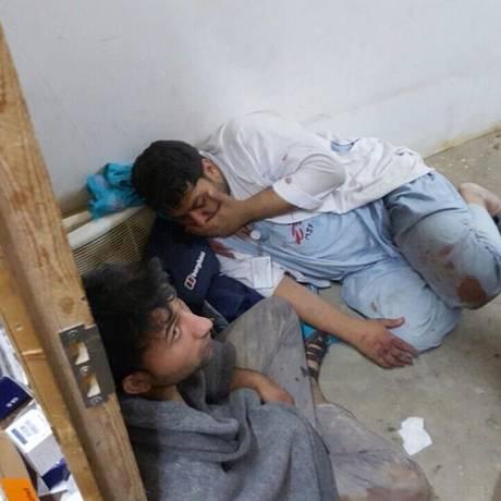 Funcionários da Médicos Sem Fronteiras foram feridos no bombardeio de caças dos EUA ao hospital da ONG, em Kunduz, no Afeganistão Foto: AP