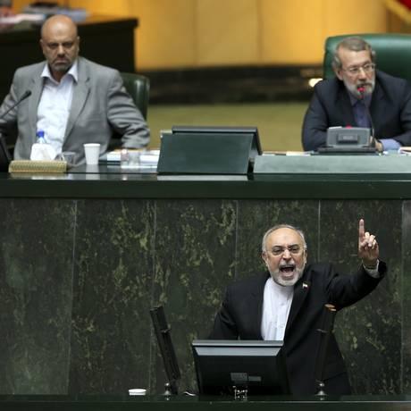 Chefe da Organização de Energia Atômica do Irã, Ali Akbar Salehi, discursa em uma sessão aberta do Parlamento sobre o acordo nuclear firmado com as potências mundiais Foto: Ebrahim Noroozi / AP