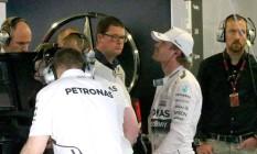 Nico Rosberg acompanha pela TV , do boxe da Mercedes, o GP da Rússia, que teve que abandonar por problemas no carro Foto: SRDJAN SUKI / AFP