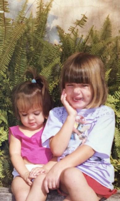 """Camila Queiróz, a Angel de """"Verdade Secretas"""", posou toda toda. """"Feliz dia das crianças! Fui tão feliz na minha infância...Costumo dizer que foi a melhor época da minha vida. As crianças de hoje são o nosso futuro. Vamos amar e cuidar delas (sim,essas mechas no meu cabelo são naturais)"""", escreveu ela Instagram"""