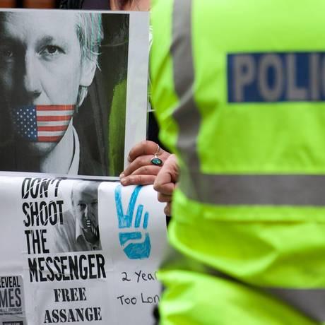 Policial de guarda em frente à embaixada equatoriana na capital inglesa, onde apoiadores de Assange fazem um ato de apoio ao asilado Foto: ANDREW COWIE / AFP/19-06-2014