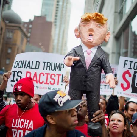 Manifestantes pela reforma migratória erguem boneco representando Donald Trump durante um protesto em Chicago, Illinois, chamando-o de racista Foto: SCOTT OLSON / AFP