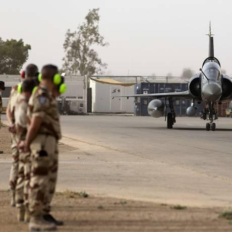 Um avião de combate do Exército francês se prepara para decolar em uma base militar na Jordânia Foto: KENZO TRIBOUILLARD / AFP