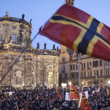 Manifestantes se reúnem em protesto contra imigração organizado pelo grupo de direita Pegida, na cidade de Dresden Foto: HANNIBAL HANSCHKE / REUTERS