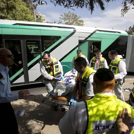 Autoridades de emergência levam corpos de vítimas de ataque em jerusalém: dia de fúria Foto: Sebastian Scheiner / AP