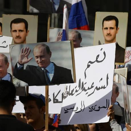 Manifestantes apóiam Putin e Assad na luta contra o terrorismo em Damasco nesta terça-feira Foto: Louai Beshara / AFP