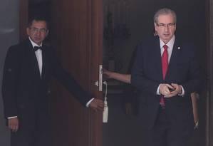 O deputado Eduardo Cunha, presidente da Câmara, deixa a residência oficial na manhã desta terça-feira Foto: Andre Coelho / Agência O Globo