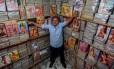 """Com uma banca na Zona Sul de São Paulo, Guerrinha envia revistas antigas da """"Playboy"""" para o Brasil inteiro Foto: Pedro Kirilos / Agência O Globo"""