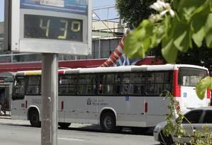 Ônibus em Bangu: temperatura média do Rio pode aumentar até 3,4 graus Celsius nos próximos 65 anos Foto: Fábio Guimarães/1-1-2015