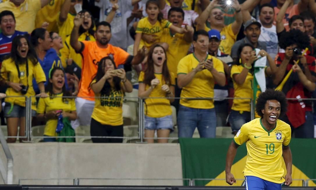 Willian comemora o gol que abriu o placar PAULO WHITAKER / REUTERS