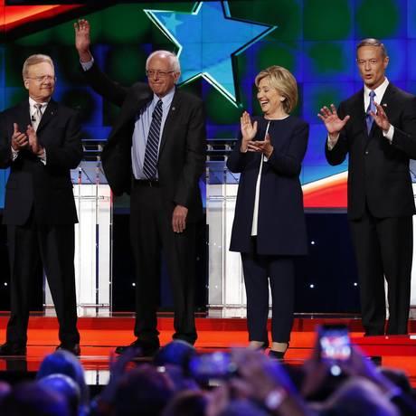Os senadores Jim Webb e Bernie Sanders, a ex-secretária de Estado Hillary Clinton e os ex-governadores Martin O'Malley e Lincoln Chafee participam de debate em Las Vegas Foto: Josh Haner / AFP