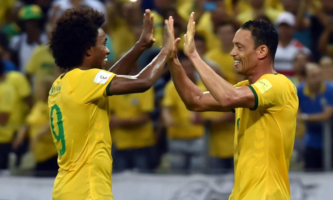 Willian, à esquerda, e Ricardo Oliveira fizeram os três gols do Brasil contra a Venezuela NELSON ALMEIDA / AFP