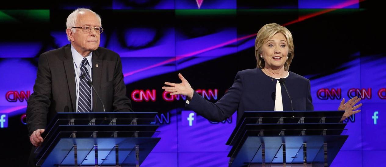 Bernie Sanders e Hillary Clinton. Senador de Vermont e ex-secretária de Esatdo foram destaques do debate democrata Foto: John Locher / AP