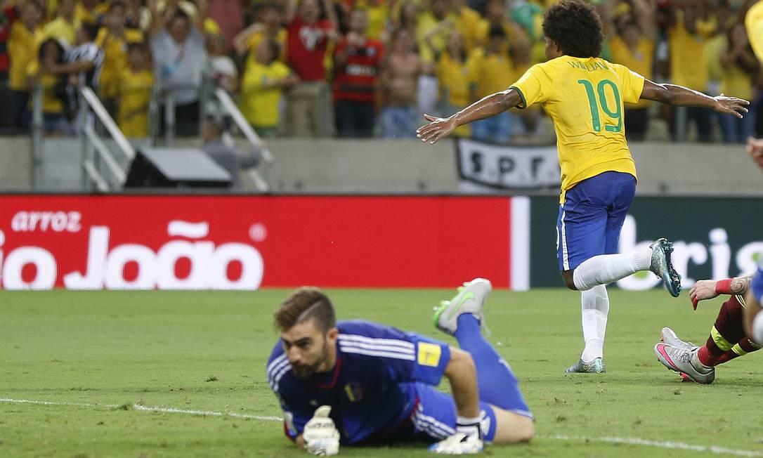 Willian corre para comemorar o primeiro gol do Brasil Andre Penner / AP