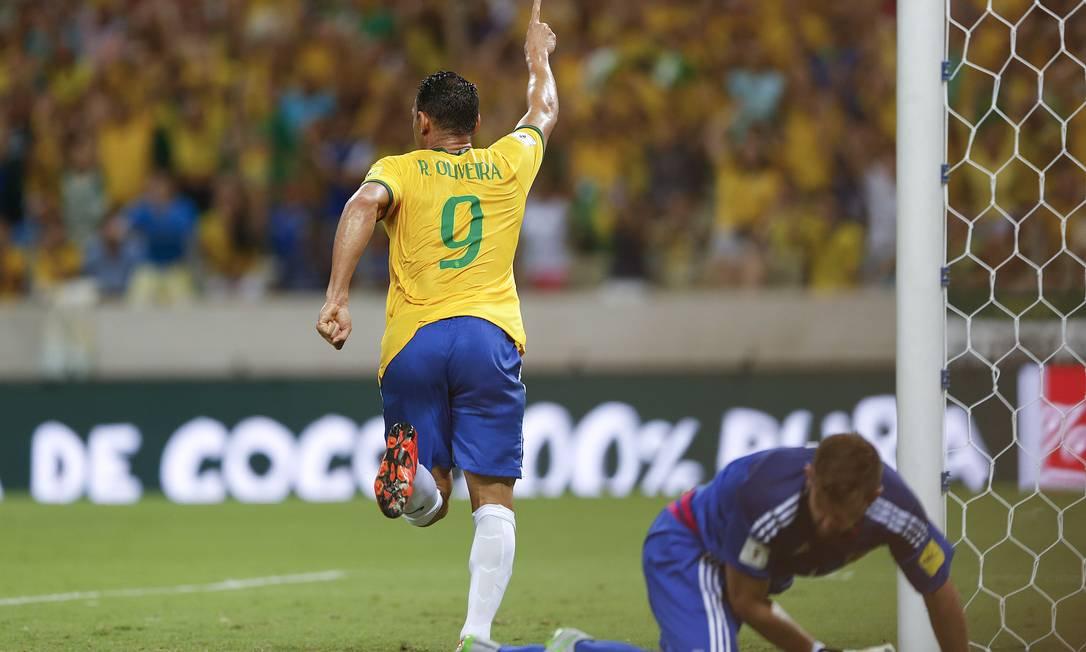 Ricardo Oliveira comemora o terceiro gol do Brasil sobre a Venezuela Andre Penner / AP
