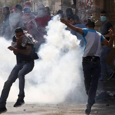 Palestinos entram em choque com a polícia israelense na Cisjordânia Foto: MUSSA ISSA QAWASMA / REUTERS