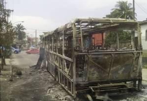 Ônibus fica totalmente destruído após ser incendiado por moradores do Chapadão Foto: Fabiano Rocha / Agência O Globo