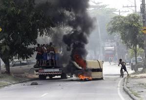 Três ônibus foram incendiados no interior no Complexo do Chapadão, em Costa Barros, na manhã desta quarta-feira Foto: Domingos Peixoto / Agência O Globo