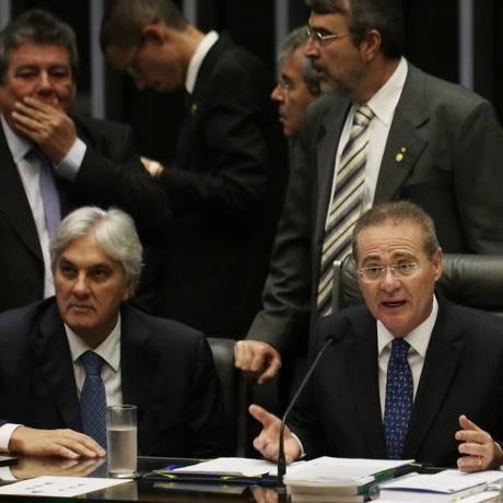 O presidente do Senado, Renan Calheiros (ao centro), em sessão sobre vetos no Congresso Foto: Michel Filho / 07/10/2015 / Agência O Globo