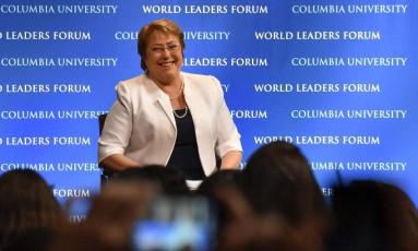 Cadeia nacional. Bachelet durante anúncio na TV Foto: RASHID UMAR ABBASI/REUTERS