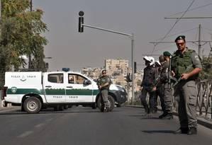 Policiais israelenses bloqueiam rua em posto de controle próximo na Cidade Velha em Jerusalém Foto: Gil Cohen Magen / AFP