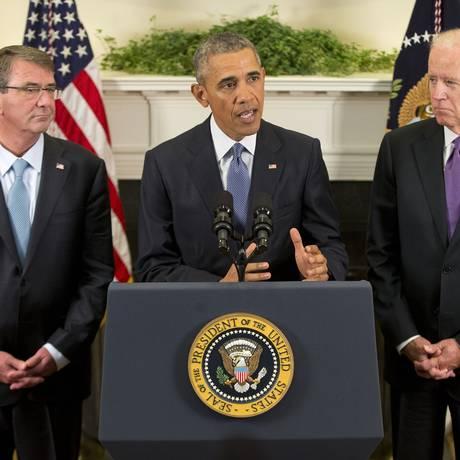 Presidente Barack Obama, acompanhado do vice Joe Bidem (dir.) e do secretário de Defesa, Ashton Carter (esq.) anuncia permanência de tropas americanas no Afeganistão Foto: Pablo Martinez Monsivais / AP