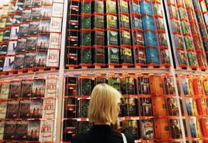 Mulher diante de pilhas de livros na Feira de Frankfurt Foto: AFP/DANIEL ROLAND