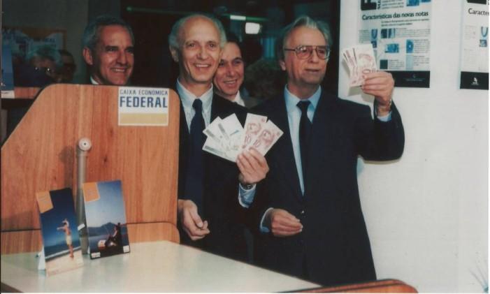 Itamar, ao lado do então ministro Ricupero, trocam cédulas de cruzeiro pelo real, em 1994 Foto: Acervo Memorial Itamar Franco / .