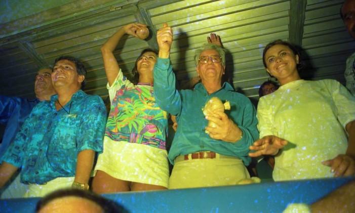 Ao lado de Lilian Ramos no camarote na Marques de Sapucaí, em 1994 Foto: Marcelo Carnaval/13-02-1994 / Agência O Globo