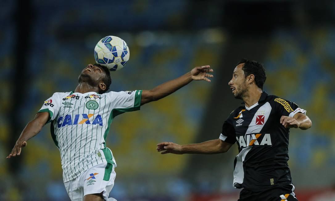 O jogador da Chapecoense tenta se equilibrar com a bola, num balé diante de Nenê Alexandre Cassiano / Agência O Globo