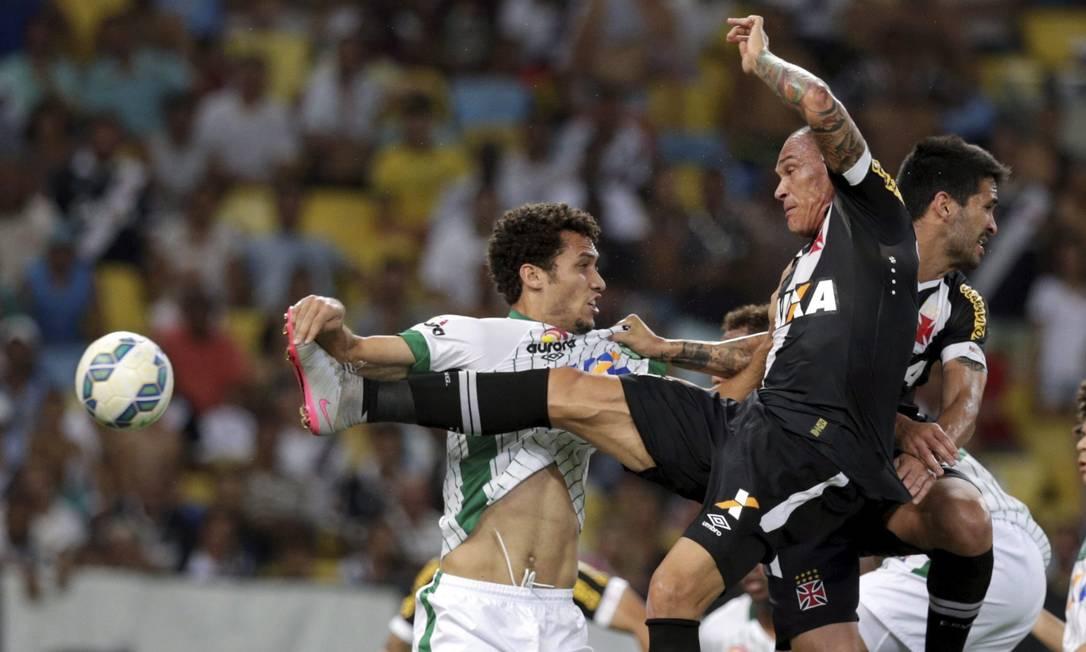 Leandrão dá um taekwondo na bola em lance disputado na área Marcelo Carnaval / Agência O Globo