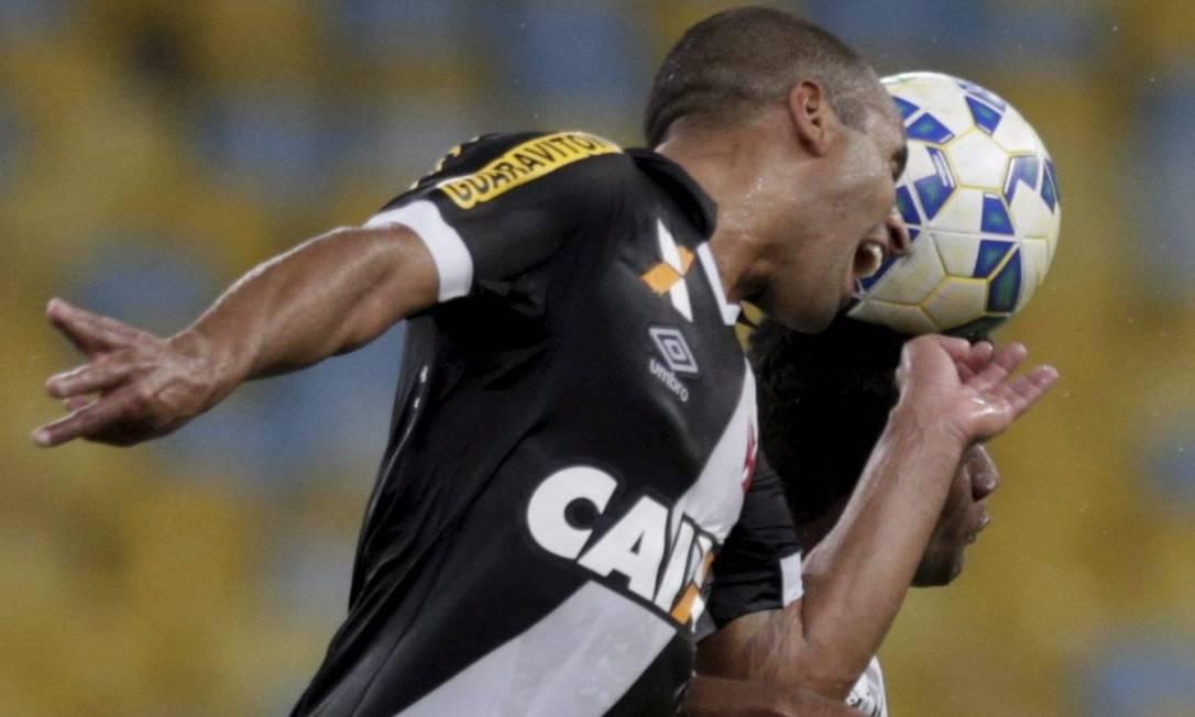 Júlio César chegou com vontade na cabeçada: lateral do Vasco mostrou a conhecida disposição Marcelo Carnaval / Agência O Globo