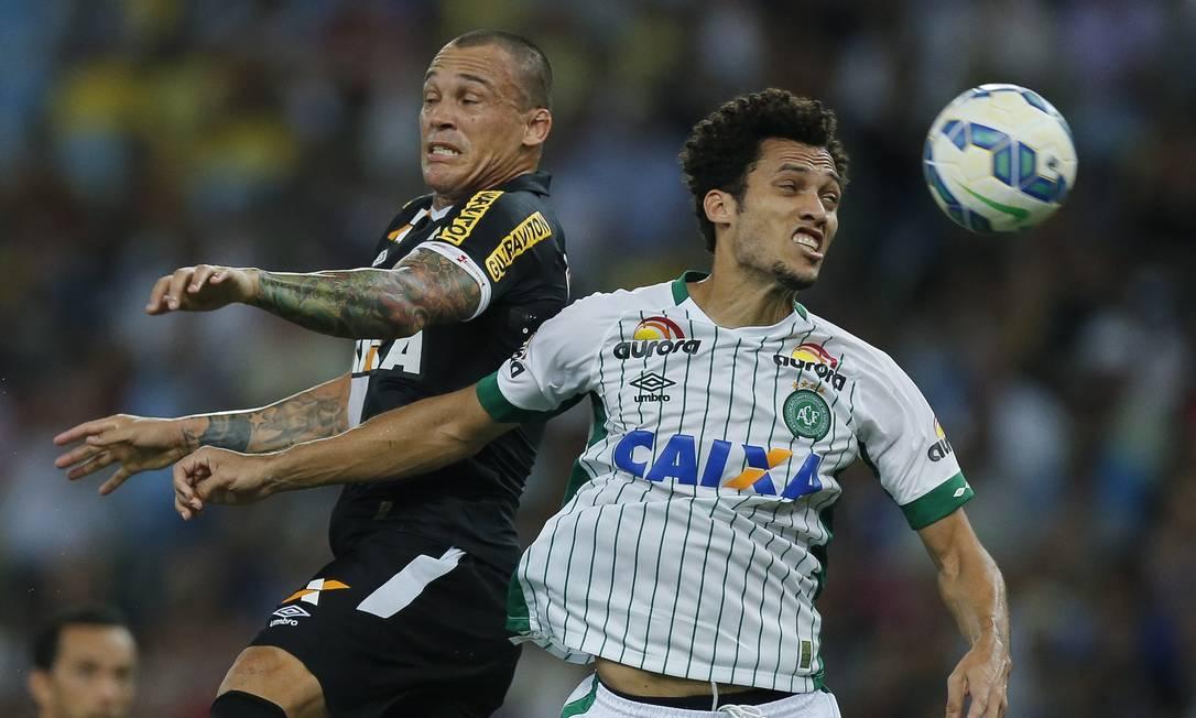 Ao fim da 30ª rodada, a Chapecoense está em 14º, com 35 pontos, e o Vasco em 19º, com 28 Alexandre Cassiano / Agência O Globo