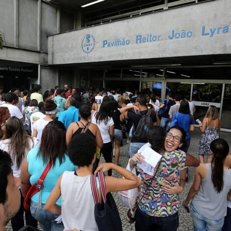 Estudante chegam para fazer prova do Enem no ano passado na Uerj Foto: Guilherme Pinto / Agência O Globo