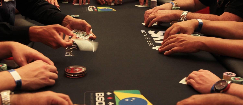O 'dealer' distribui as cartas em uma mão da mesa final do evento principal da etapa de Brasília do BSOP, no dia 14 de outubro Foto: Michel Filho / Agência O Globo