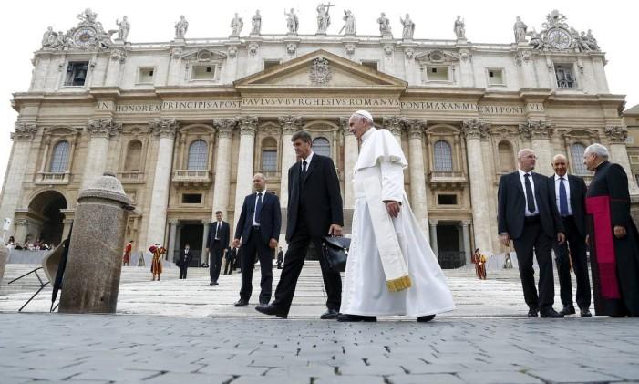 Papa Francisco caminha pela Praça de São Pedro Foto: STEFANO RELLANDINI / REUTERS (14/10/2015)