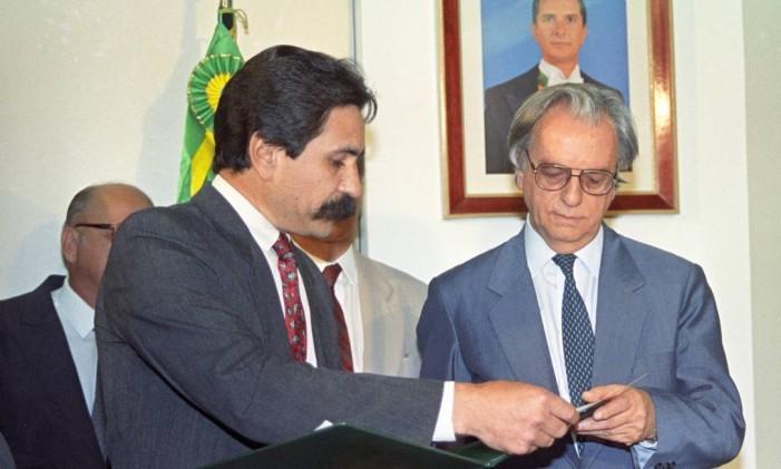 Itamar recebe do senador Dirceu Carneiro o comunicado sobre o afastamento de Collor da Presidência Foto: Terceiro / Arquivo O Globo 02/10/1992