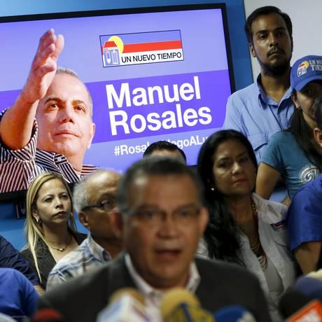 Preso. Com imagem de Manuel Rosales ao fundo, líderes de seu partido UNT dão entrevista um dia após sua detenção Foto: CARLOS GARCIA RAWLINS / CARLOS GARCIA RAWLINS / REUTERS