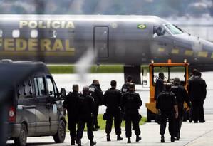 Transferência de presos para Catanduvas: parte dos bandidos mais perigoso do Rio são levados para o presídio do Paraná Foto: Felipe Hanower / Agência O Globo (27/11/2010)