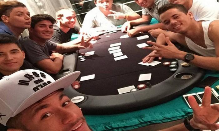 Neymar em um pôquer caseiro com amigos, entre eles o surfista Gabriel Medina Foto: Arquivo pessoal